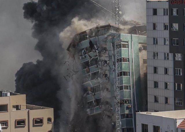 Destrucción de la Torre Al Yalá, sede de Al Yazira y de la agencia de noticias estadounidense AP, durante la ofensiva israelí en Gaza