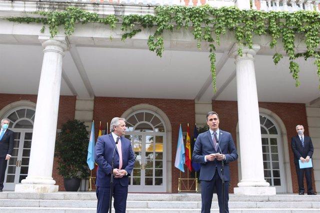 El presidente de la República Argentina, Alberto Fernández (i) y el presidente del Gobierno, Pedro Sánchez (d) intervienen en el Complejo de la Moncloa, a 11 de mayo de 2021, en Madrid (España). La visita se produje después de que el Gobierno enviara la s