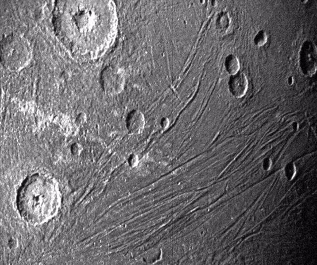 Esta imagen del lado oscuro de Ganímedes fue obtenida por la cámara de navegación de la Unidad de Referencia Estelar de Juno durante su sobrevuelo de la luna el 7 de Junio de 2021.