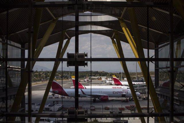 Aviones de Iberia aparcados en la pista de la Terminal T4 del Aeropuerto Adolfo Suárez Madrid-Barajas, a 7 de junio de 2021, en Madrid, (España). España permite desde este lunes la entrada de viajeros que acrediten estar vacunados contra la Covid-19 desde