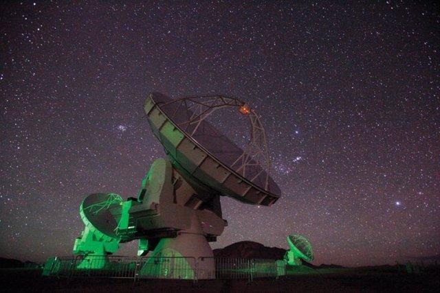 Los investigadores aprovecharon las antenas de radio del Atacama Large Millimeter Array, o ALMA, para detectar las muy débiles emisiones de moléculas orgánicas en varias nebulosas planetarias, remanentes de estrellas moribundas.