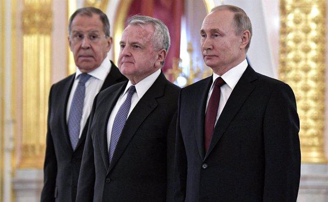 Archivo - El embajador de EEUU en Rusia, John Sullivan, junto a Sergei Lavrov y Vladimir Putin.