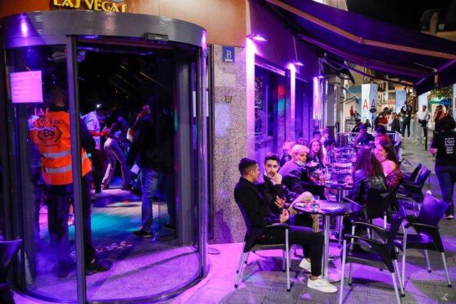 Arxiu - Assaig clínic sobre el coronavirus en un bar de Barcelona.
