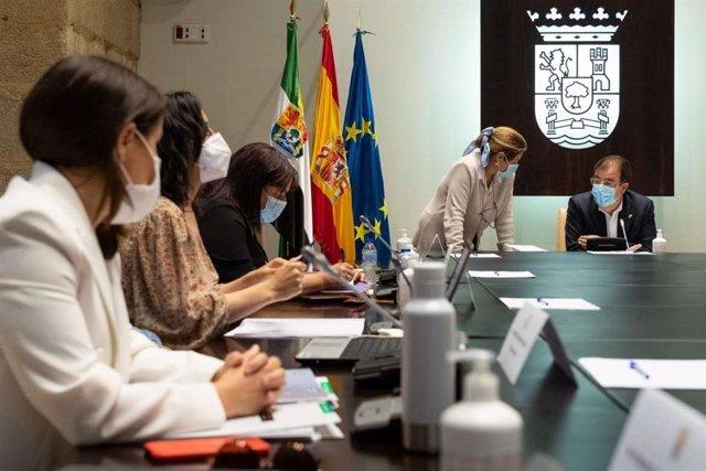 Los miembros del Consejo de Gobierno de la Junta, en la reunión presencial de este miércoles.