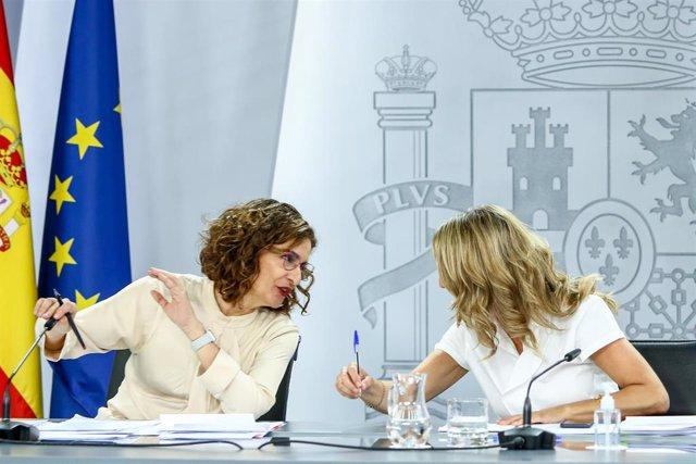 La ministra y portavoz, María Jesús Montero  y la vicepresidenta tercera y ministra de Trabajo y Economía Social, Yolanda Díaz.