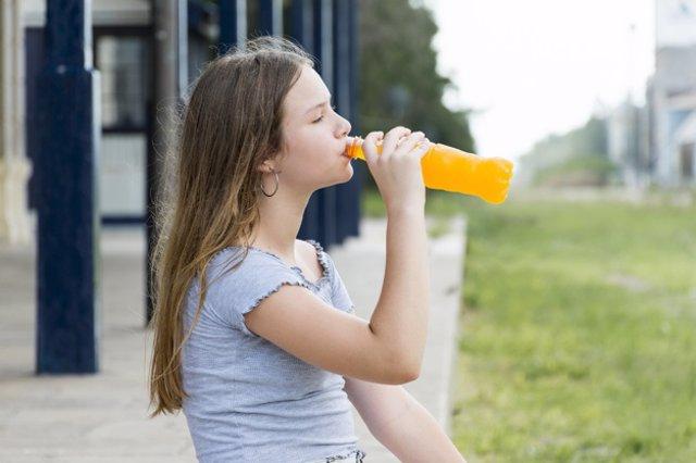 Archivo - Adolescente bebiendo bebida energética, refresco