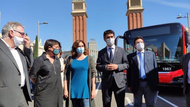 El conseller delegat de TMB, Gerardo Lertxundi; la presidenta de TMB, Rosa Alarcón; l'alcaldessa de Barcelona, Ada Colau; i el vicepresident del Govern, Jordi Puigneró, en la presentació dels nous busos ecològics de TMB.
