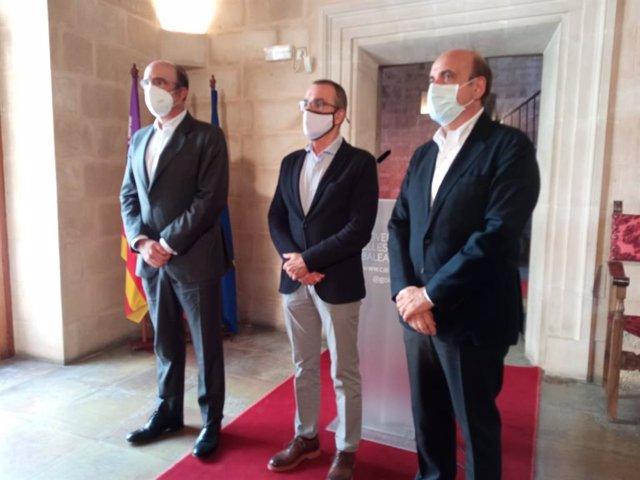 El consejero delegado de Acciona, Rafael Mateo; el consejero delegado de Enagás, Marcelino Orea, junto al conseller Juan Pedro Yllanes.