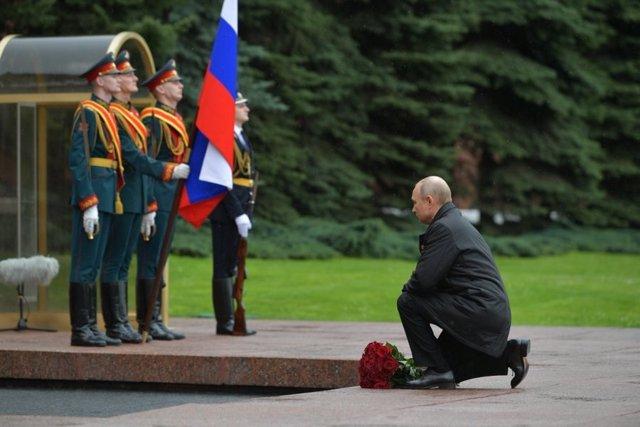 Archivo - Vladimir Putin, en el homenaje a los soldados caídos en el acto con motivo del septuagésimo quinto aniversario del fin de la Segunda Guerra Mundial