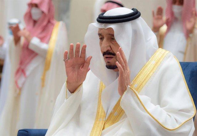 13 May 2021, Saudi Arabia, Neom: Saudi King Salman bin Abdulaziz Al Saud (2nd R) performs Eid al-Fitr prayer in Neom, a planned cross-border city in the Tabuk Province of northwestern Saudi Arabia. Photo: -/Saudi Press Agency/dpa