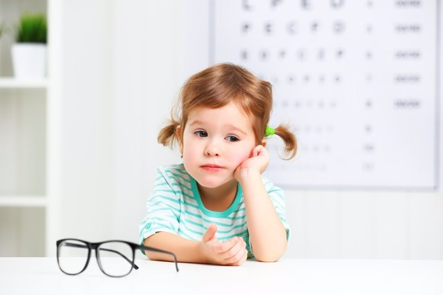 Archivo - Concept vision testing. Child  girl with eyeglasses