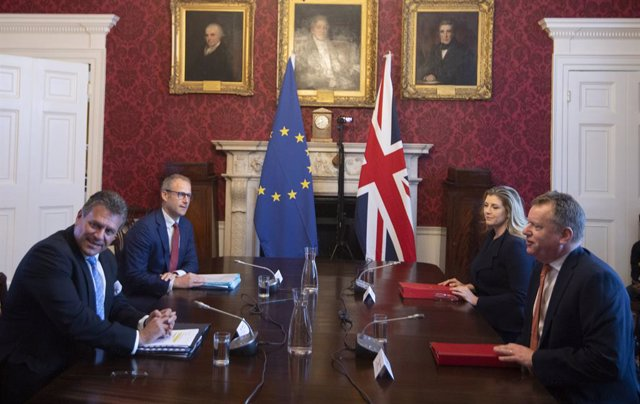 09 June 2021, United Kingdom, London: UK Brexit Minister Lord Frost (R) and Paymaster General Penny Mordaunt (2nd R) meet with European Commission Vice-President Maros Sefcovic (L) and Service's Principal Adviser on EU-UK Agreements (UKS) Richard Szostak
