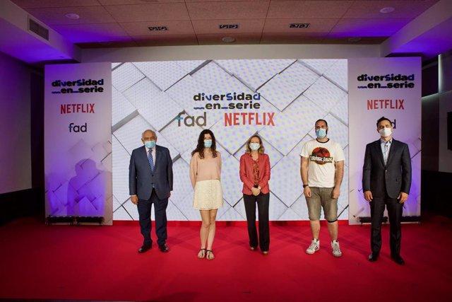 El presidente de la FAD; la vicepresidenta segunda y ministra de Asuntos Económicos y Transformación Digital; y el vicepresidente de Contenido Original de Netflix en España y Portugal; junto a los ganadores de 'Con los pies en la tierra'
