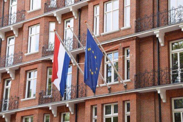 Archivo - Arxiu - Les banderes dels Països Baixos i la Unió Europea en un edifici oficial.