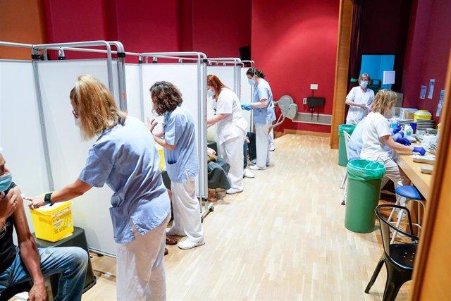 Trabajadoras sanitarias inoculan a pacientes la primera dosis de la vacuna de Pfizer-BioNTech contra el Covid-19, a 9 de junio de 2021, en el Hospital Severo Ochoa de Leganés, Leganés, Madrid, (España). La Comunidad de Madrid comienza desde este miércoles