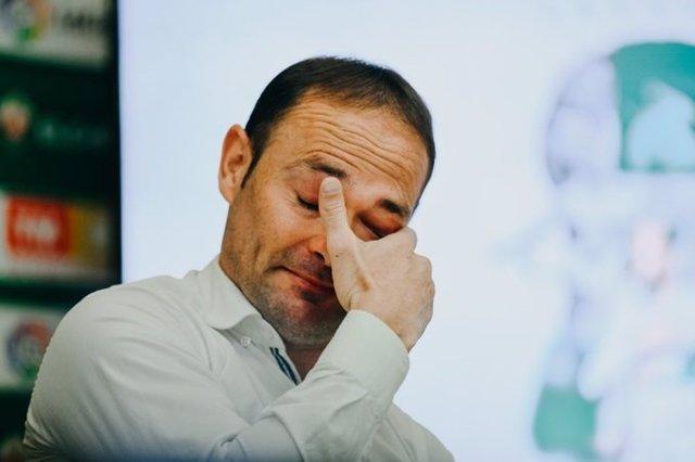 El delantero almeriense Nino, emocionado en la rueda de prensa en la que confirmó su retirada del fútbol profesional.