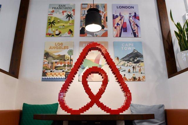 Archivo - Arxiu - Logotip d'Airbnb.