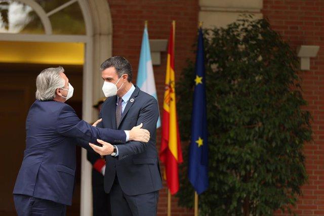 El presidente del Gobierno, Pedro Sánchez (d), recibe al presidente de la República Argentina, Alberto Fernández (i)