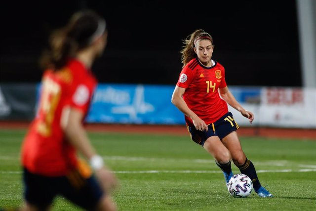 Archivo - Alexia Putellas conduce el balón en un partido entre las selecciones de España y Polonia
