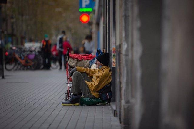 Archivo - Una persona sin hogar en Barcelona.