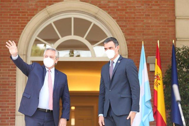 El presidente de la República Argentina, Alberto Fernández (i) y el presidente del Gobierno, Pedro Sánchez (d) saludan a su llegada para su reunión en el Complejo de la Moncloa, a 11 de mayo de 2021, en Madrid (España). La visita se produje después de que