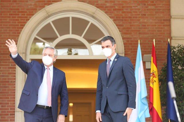 El presidente de la República Argentina, Alberto Fernández (i) y el presidente del Gobierno, Pedro Sánchez (d) saludan a su llegada para su reunión en el Complejo de la Moncloa, a 11 de mayo de 2021, en Madrid (España).