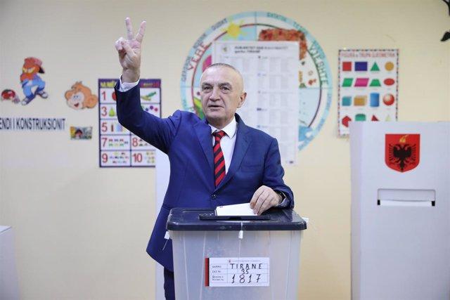Archivo - Ilir Meta, presidente de Albania, vota en las elecciones parlamentarias