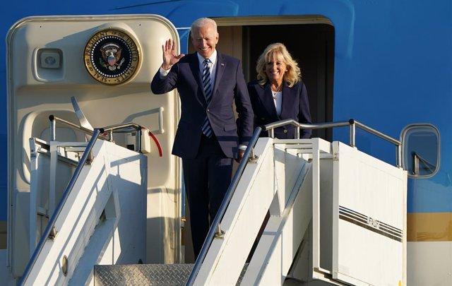 09 June 2021, United Kingdom, Mildenhall: US President Joe Biden and First Lady Jill Biden wave as thez disembark Air Force One at RAF Mildenhall in Suffolk, ahead of the G7 summit in Cornwall. Photo: Joe Giddens/PA Wire/dpa