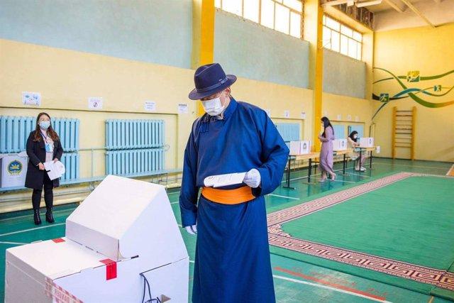 El candidato Ukhnaa Khurelsukh, presidente del gobernante Partido Popular de Mongolia, deposita su voto.