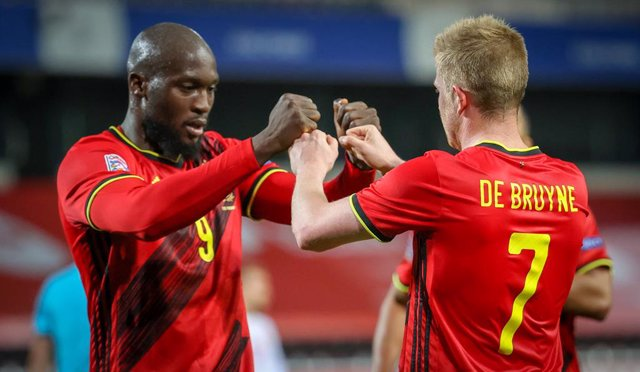 Archivo - 18 November 2020, Belgium, Leuven: Belgium's Kevin De Bruyne (R) celebrates scorong his side's fourth goal with his team mate Romelu Lukaku during the UEFA Nations League Group B soccer match between Belgium and Denmark at King Power Den Dreef S