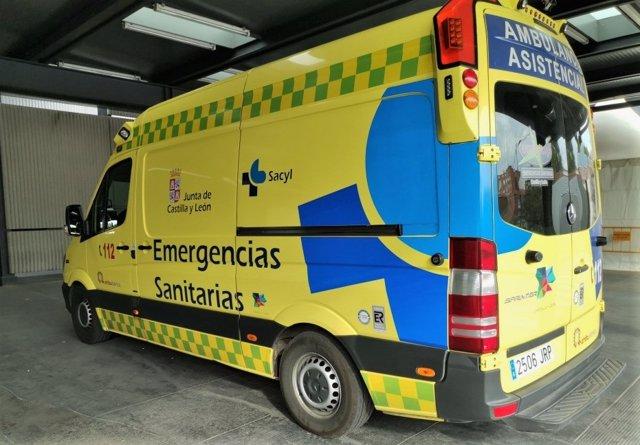Imagen de archivo de una ambulancia soporte vital básico de Castilla y León.
