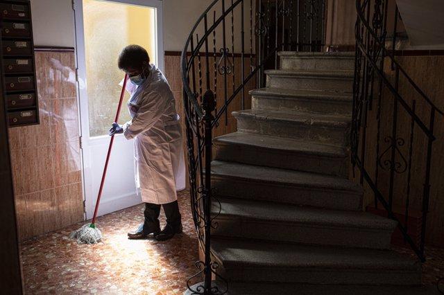 Archivo - Arxiu - Una treballadora de la llar.