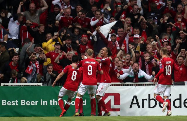 Archivo - 07 June 2019, Denmark, Copenhagen: Denmark's Pierre Hojbjerg celebrates scoring his sides first goal with teammates during the UEFA Euro 2020 Qualifying, Group D soccer match between Denmark and Republic of Ireland at the Telia Parken. Photo: Br