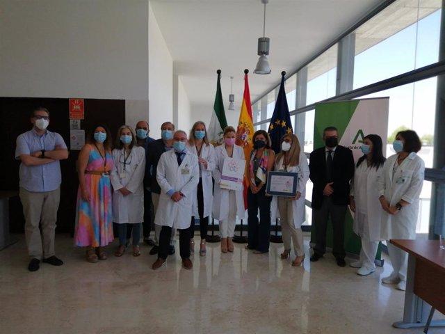 La delegada territorial de Salud y Familias de la Junta en Córdoba, María Jesús Botella (quinta por la dcha.), en la entrega de la acreditación obtenida por el Hospital de Puente Genil.