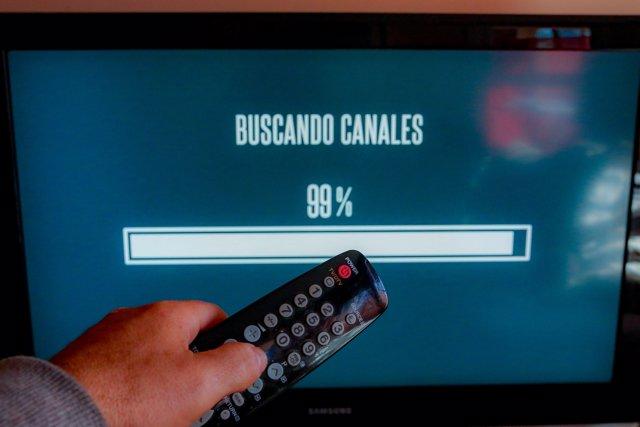 Una persona utiliza su mando de la televisión para buscar canales, en Madrid (España), a 7 de octubre de 2020.