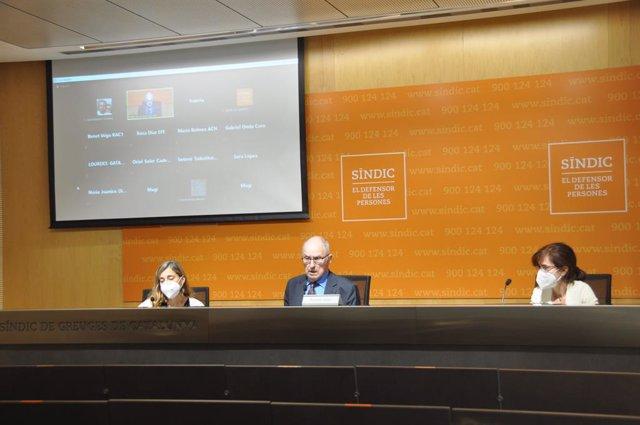 El Síndic de Greuges, Rafael Ribó, l'adjunta per a la defensa dels drets dels nens i els adolescents, María Jesús Larios (d) i l'assessora que ha investigat el cas de l'Institut del Teatre, Judit Sartorio (e)