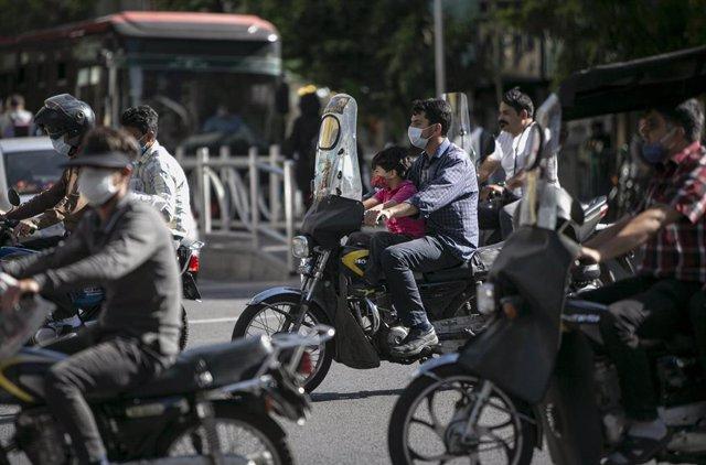 Un grupo de motoristas en Teherán