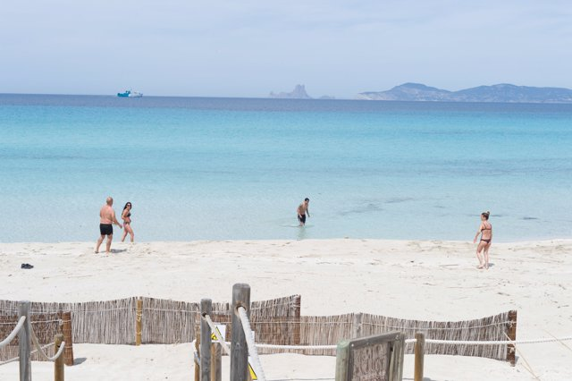 Archivo - Bañistas en la Playa de Ses Illetes.