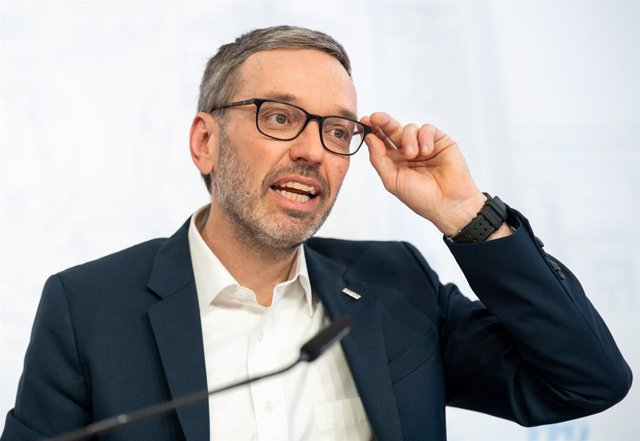"""Archivo - 21 April 2020, Austria, Vienna: Freedom Party of Austria (FPOe) Chairman Herbert Kickl speaks during a press conference with the title """"News and Plenary Preview"""". Photo: Georg Hochmuth/APA/dpa"""