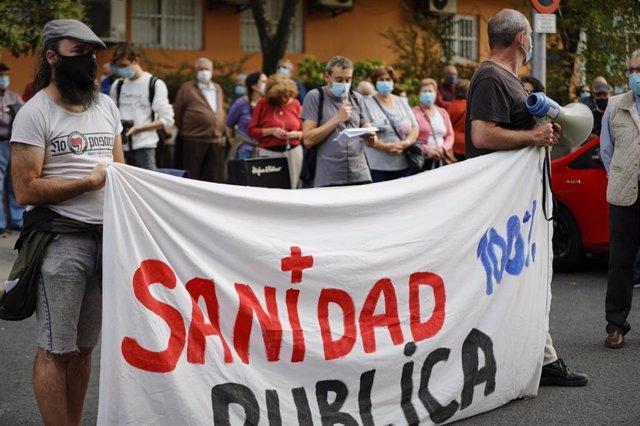 Archivo - Imagen de recurso de varias personas que sostienen una pancarta en la que se lee 'Sanidad Pública' durante una concentración en el Centro de Salud Abrantes.