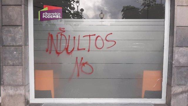 Pintadas contra los indultos en la sede de Podemos de San Sebastián