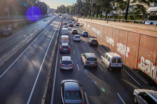 Archivo - Tráfico en la carretera A6 en la entrada a Madrid (España), a 5 de octubre de 2020. Hoy es el primer día laborable desde que entraron en vigor -el viernes 2 de octubre a las 22.48h.- las restricciones de movilidad impuestas por la orden minister