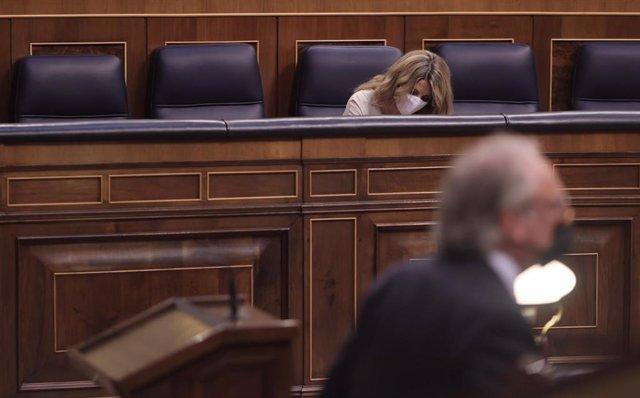 La vicepresidenta tercera del Gobierno y ministra de Trabajo y Economía Social, Yolanda Díaz, en una sesión plenaria, con el portavoz laboral de Vox, Juan José Aizcorbe, en primer plano
