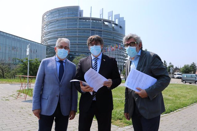 Els advocats de l'exconseller Jordi Turull, Jordi Pina i Francesc Homs, amb l'expresident de la Generalitat Carles Puigdemont.