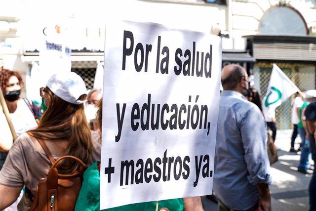 Pancarta reivindicativa, en la concentración de funcionarios de educación, para que se mantengan los contratos de refuerzo por Covid y se bajen las ratios en las aulas el curso próximo, a 10 de junio de 2021, en Madrid (España). Convocada por la Central S