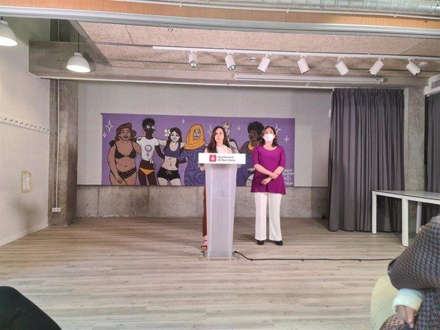 La ministra de Derechos Sociales y Agenda 2030, Ione Belarra, junto a la alcaldesa de Barcelona, Ada Colau, en rueda de prensa.