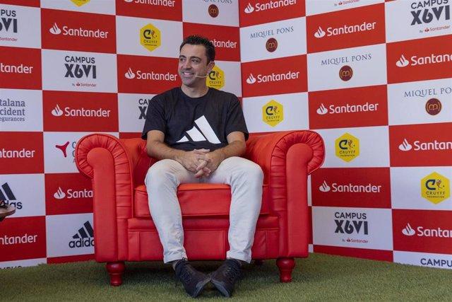 El entrenador español Xavi Hernández en la presentación del Campus Xavi Hernández by Santander en el Santander Work Café de Passeig de Gràcia número 54 de Barcelona