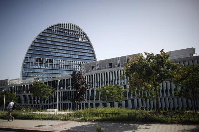 Archivo - Fachada del edificio del 'La Vela', sede del BBVA  en Madrid.
