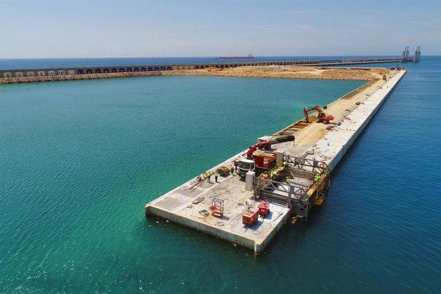 El Port Tarragona acaba els primers 460 metres de la biga cantell del moll de Balears.