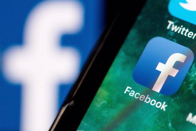Archivo - El logo de Facebook en un móvil en una imagen de archivo.